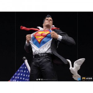 Clark Kent Deluxe Art Scale  szobor - DC Comics -